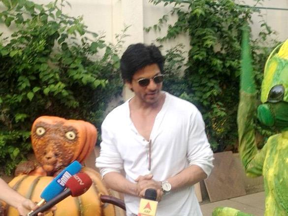 Shahrukh Khan Promotes Joker with Aliens