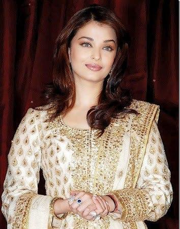 Aishwarya Rai Looking Gorgeous In This Salwar Kameez