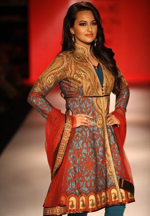 Sonakshi Sinha With Churidar Salwar Kameez On Ramp Designed By Geeta