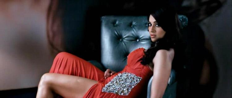Bipasha Basu Sexy Leg Exposing Still In Raaz 3