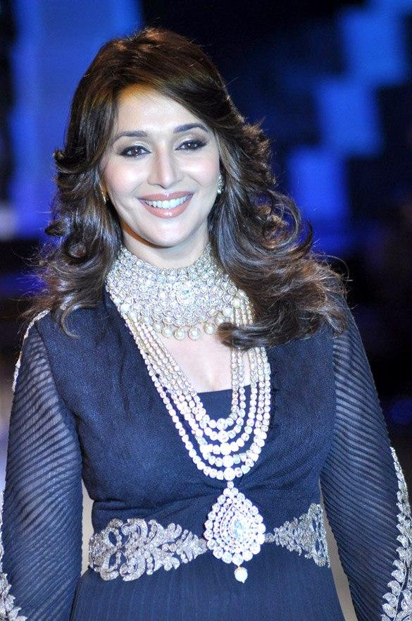 Gorgeous Madhuri Dixit Walk The Ramp at IIJW 2012 Grand Finale