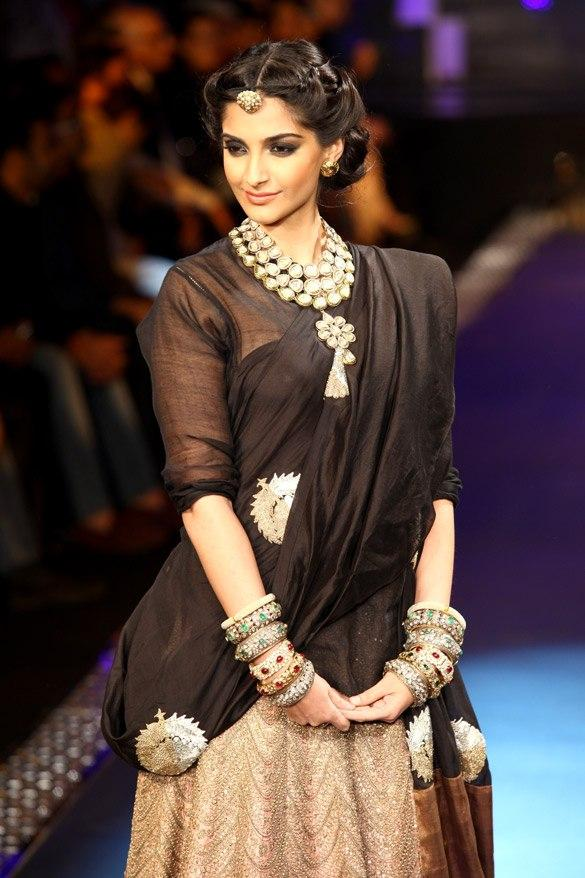 Sonam Kapoor Looks Sizzles at IIJW 2012 Grand Finale
