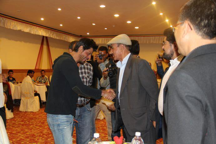 Shahrukh Khan Pics From Gala Dinner With Ladakh People