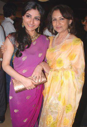 Soha Ali Khan Nice Pose with Mother Sharmila Tagore