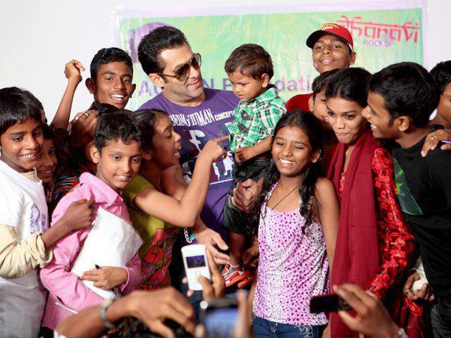 More Cute Pix of Salman Khan with Kids From The Dharavi Project