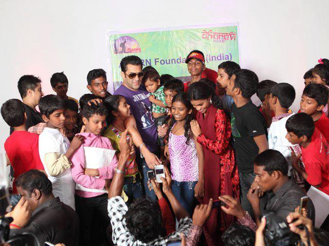 Salman Khan With Kids From The Dharavi Project