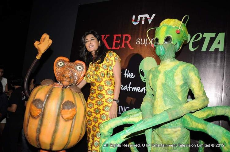 Chitangada Singh Poses For The Shutterbugs With The Aliens of Joker To Promote The Film