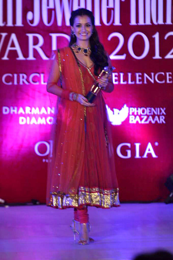 Dia Mirza With Award at 8th Annual Gemfields and Rio Tinto Retail Jeweller India Awards 2012