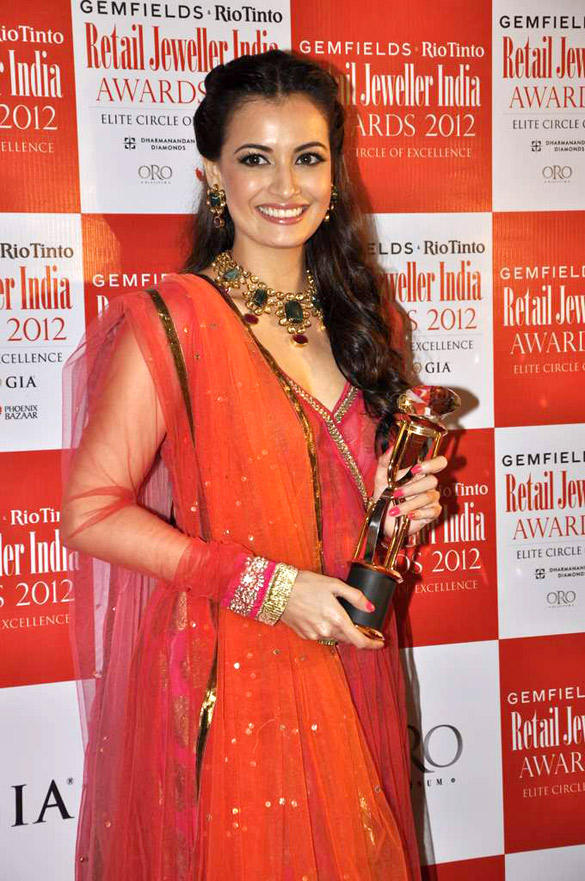 Dia Mirza Pose With Award at 8th Annual Gemfields and Rio Tinto Retail Jeweller India Awards 2012