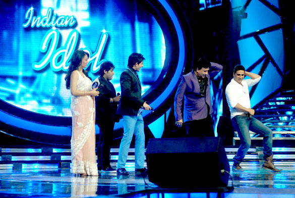 Akshay and Anu Malik Dance Still On The Sets Of Reality Show Indian Idol