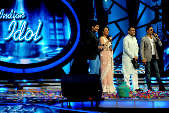 Akshay Kumar and Paresh Rawal Promote OMG On TV Show Indian Idol