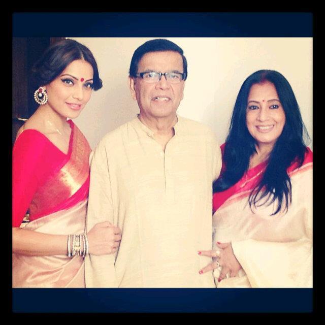 Bipasha Basu Nice Pose With Her Parents