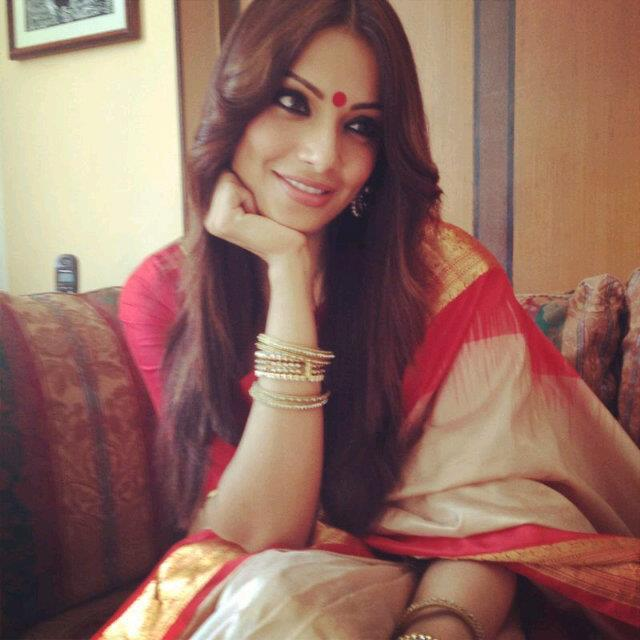 Bipasha Looking Beautiful In Traditional Saree During Raaz 3 Promotions in Kolkata