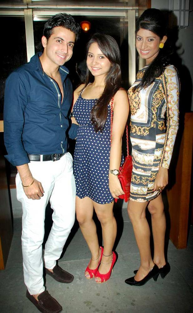 Vindhya Tiwary Pose With Others Celebs During Raqesh Vashisth Birthday Party