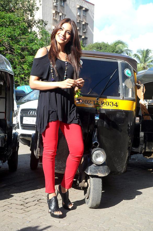Bipasha Basu Distributing Lemons at The Traffic Signal