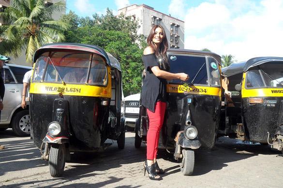 Bipasha Basu Promotes Her Upcoming Film Raaz 3 By Distributing Lemons At The Traffic Signal