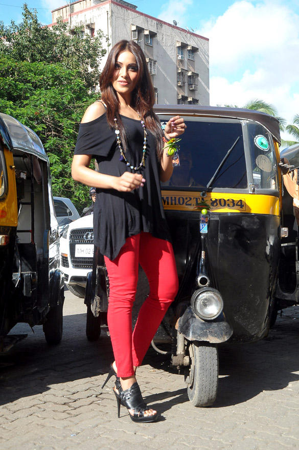 Bollywood Actress Bipasha Basu Promotes Her Upcoming Cinema Raaz 3 In Traffic