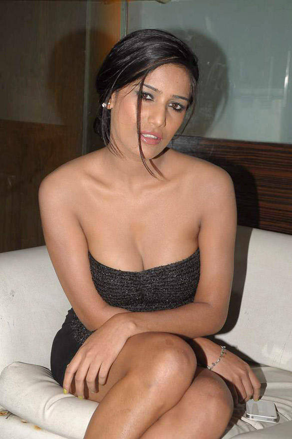 Poonam Sexy Cleavages Exposing Still During Maushmi Badra Birthday Party