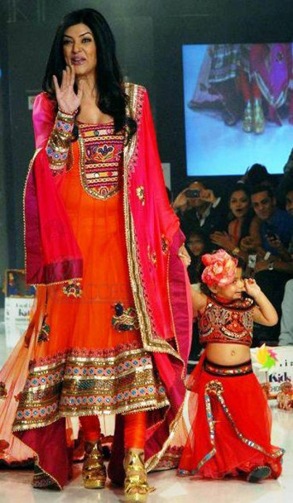 Sushmita With Her Daughter Alisah at The India Kids Fashion Week 2012