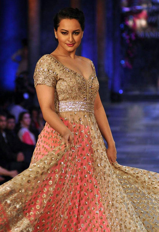 Sonakshi Sinha On The Ramp at Mijwan Hot Fashion Show