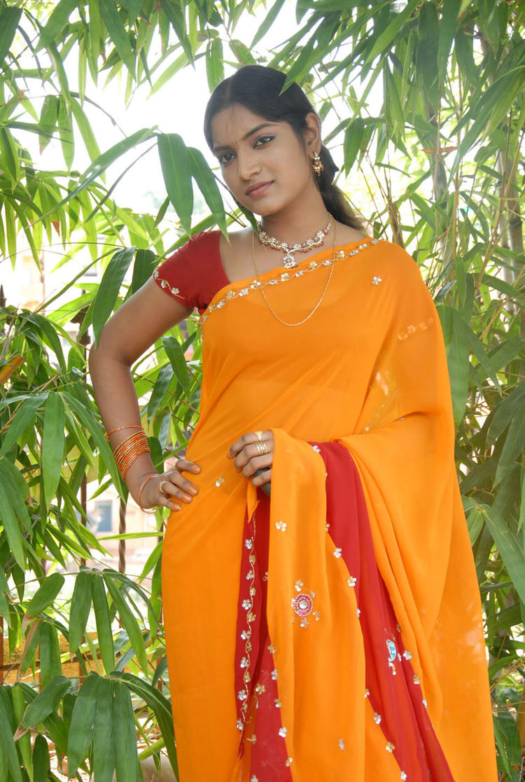 Sexy Babe Keerthi Latest Photo Shoot In Saree