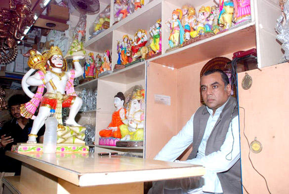 Paresh Rawal Sells Ganesh Idols For The Promotion Of His Film Oh My God