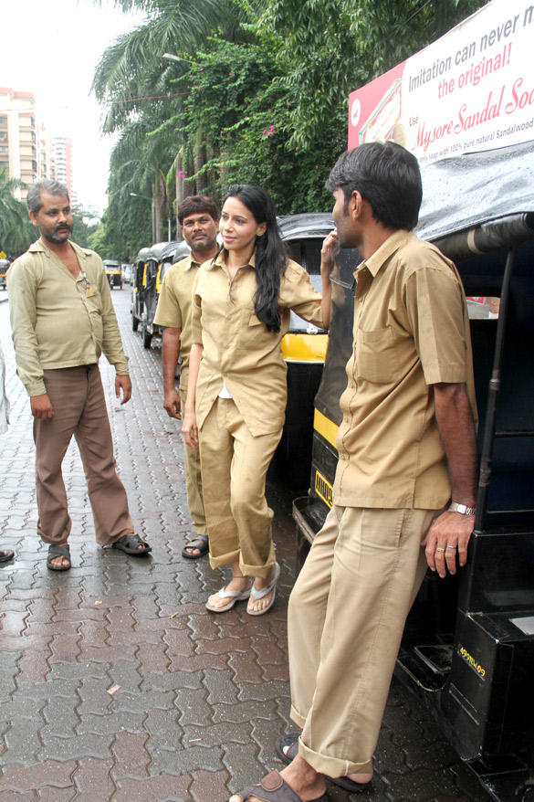 Rozlyn Khan Spotted at Road To Drive Auto Rikshaw