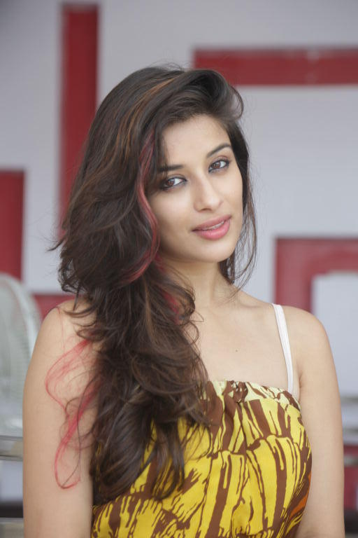 Tamil Hot Babe Madhurima Nice Photo