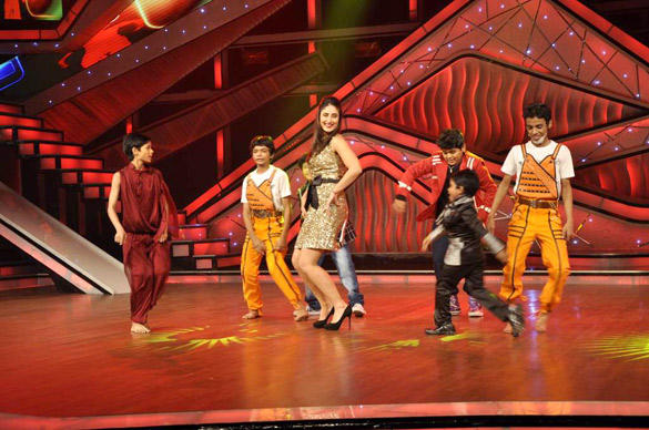 Kareena Kapoor Dance Performance With Contestant For Heroine Promotion