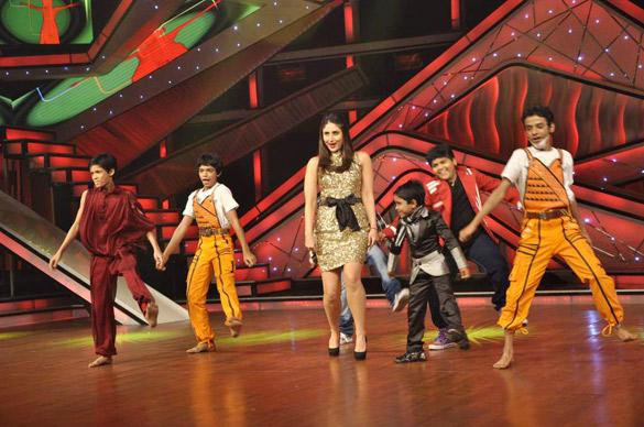 Kareena Performs With Kids at DID Dance Ke Superkids Reality Show