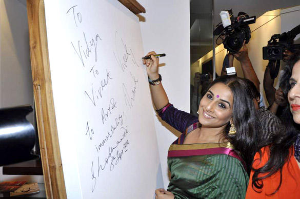 Vidya Balan Autograph Still at Viveek Sharma's Art Exhibition Event