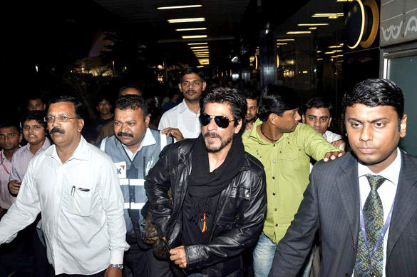 SRK With Beard Snapped at Mumbai International Airport After Returning From London