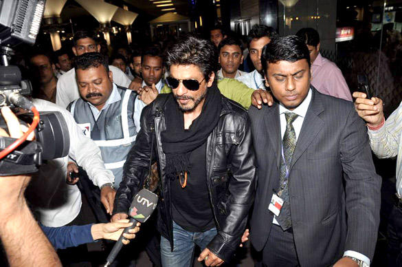 SRK In A New Look Snapped At International Airport After Returning From London