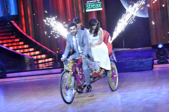 Ileana,Priyanka and Ranbir On Rickshaw For Barfi Promotion At Jhalak Dikhhla Jaa Show