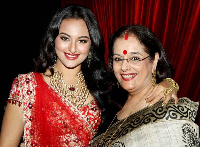 Sonakshi with Mom Poonam Spotted at Aamby Valley Bridal Fashion Week 2012