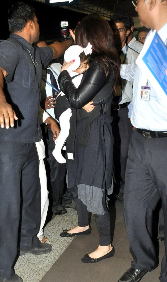 Aish and Her Daughter Aaradhya Both Are Spotted at Airport