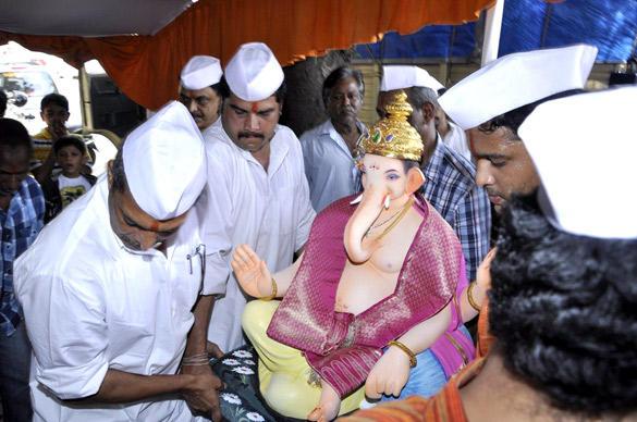 Nana Patekar Welcomed The Ganesh Idol at His Home