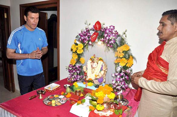 Aditya Pancholi Welcome The Ganesh Idol in His Home