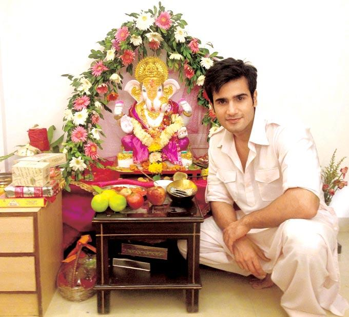 Karan Tacker Celebrating Ganesh Chaturthi at His Home