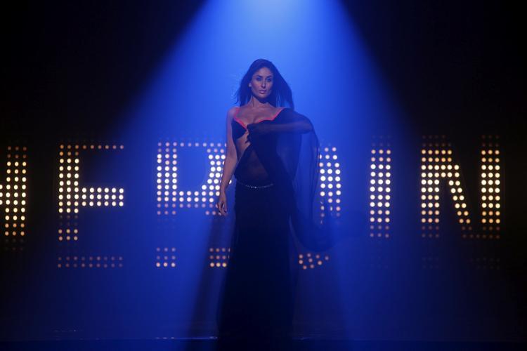 Kareena Kapoor in Main Heroine Hoon Song in Heroine Movie