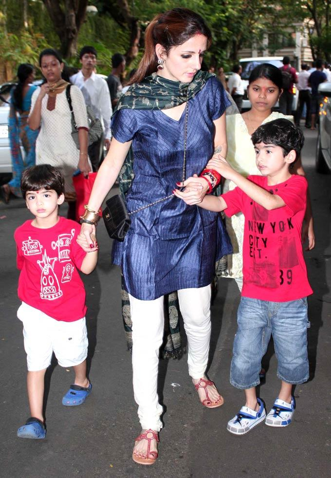 Suzanne Roshan With Sons Hrehaan and Hridhaan at Ganpati Visarjan