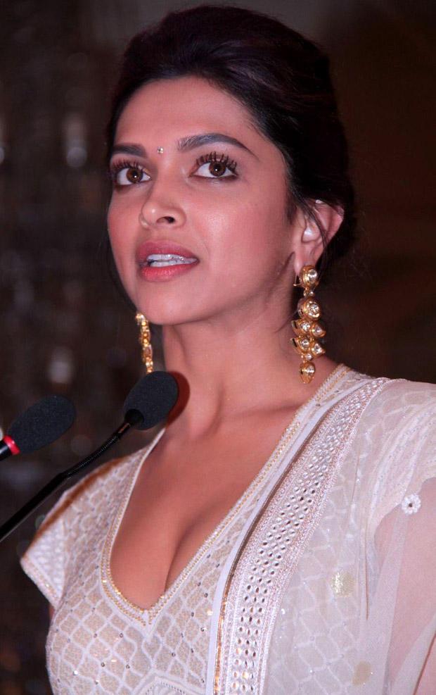 Hot Babe Deepika Padukone at Priyadarshni Academy Awards 2012