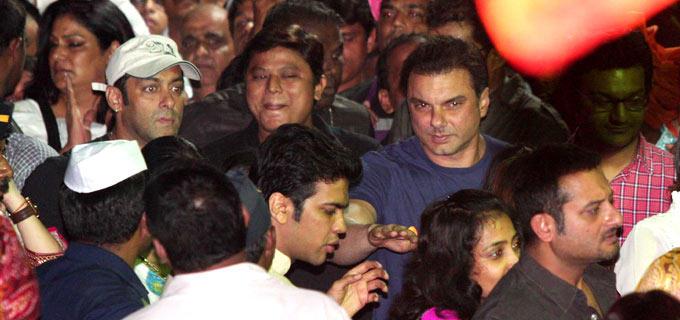 Actor Salman and Family Members Bid Farewell To Ganpati