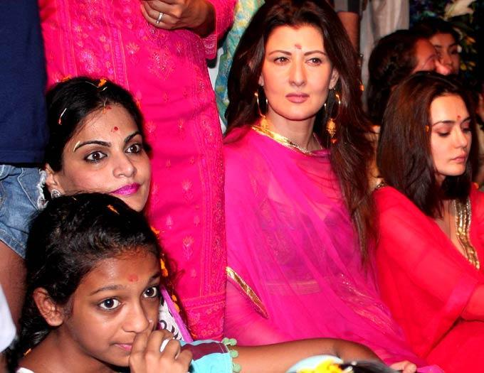 Sangeeta and Preity During Salman Khan's Ganesh Visarjan Ceremony