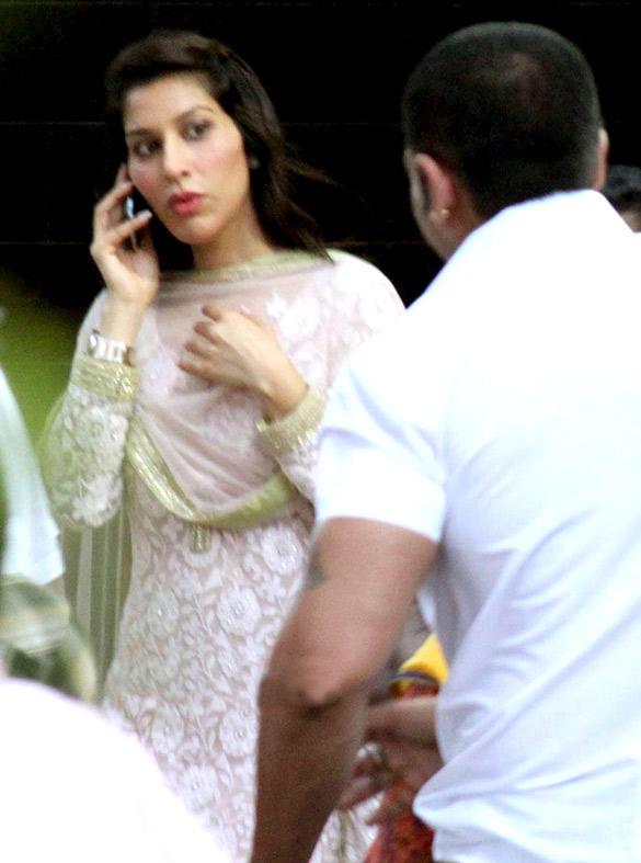Sophie Choudry at Salman Khans Home For Ganesh Visarjan