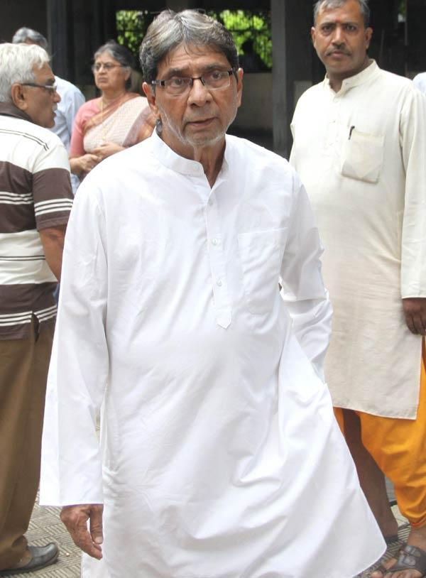 Celeb Spotted To Pay Last Respects To Dinesh Thakur
