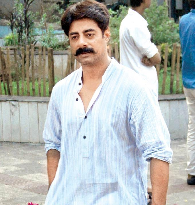Sushant Singh Spotted To Pay Last Respect To Dinesh Thakur