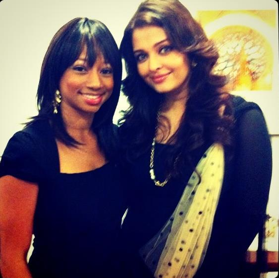 Aishwarya Pose With A Fan During International Peace Day Event