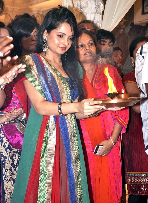 Giaa Manek Visit Andheri Cha Raja In Mumbai