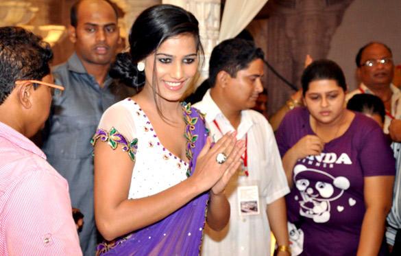 Poonam Pandey Visit Andheri Cha Raja In Mumbai